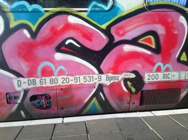 Treincodes en graffiti op internationale trein