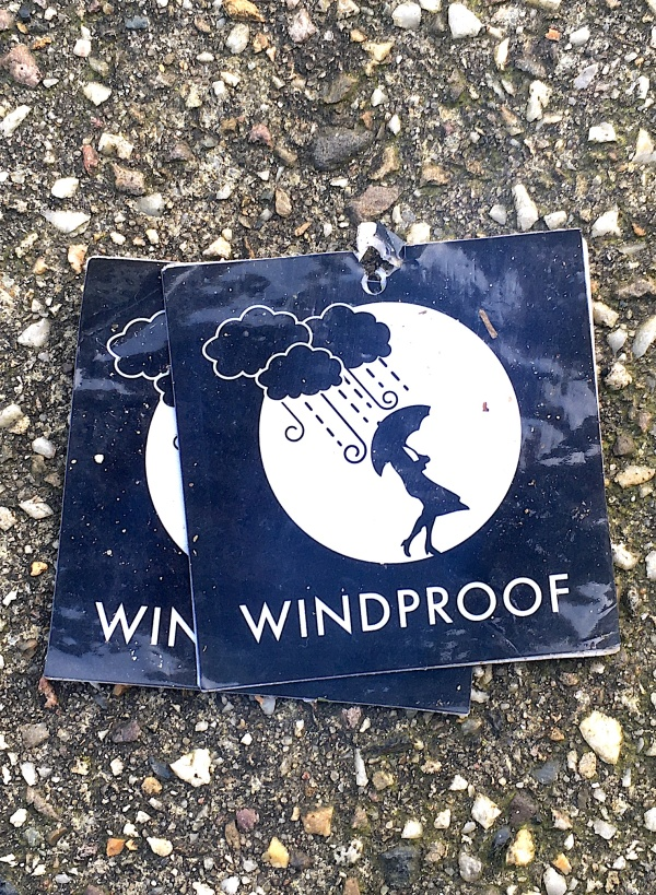 Windproof stickers op straat