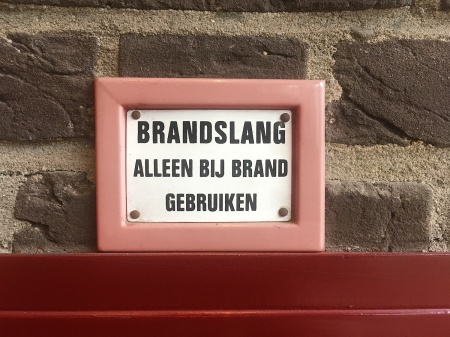 Bordje brandslang in Pension Homeland Amsterdam